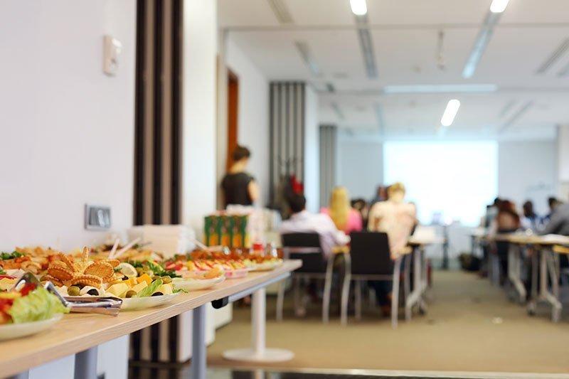 Table de buffet dans une salle de conférence