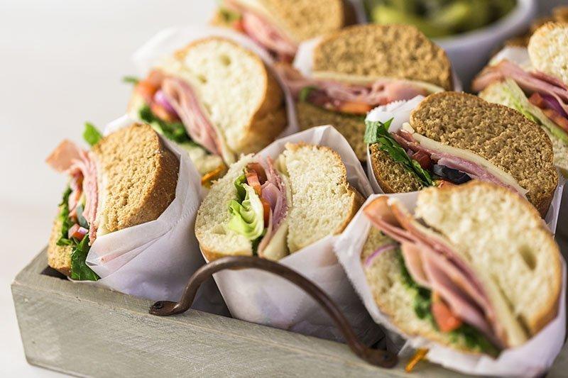 Sandwich assorti dans une petite caisse