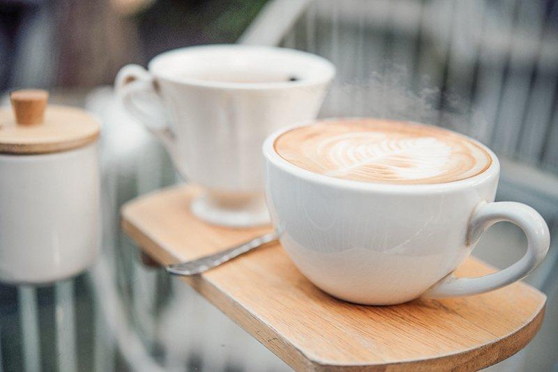 Café servi dans une tasse à café